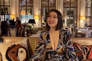 Le décolleté d'une femme l'empêche d'entrer dans le musée d'Orsay à Paris