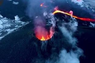 Faire cuire des saucisses sur la lave d'un volcan